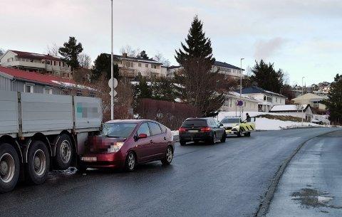 En bil fikk store materielle skader etter en ulykke i et boligområde på Moholt fredag kveld.