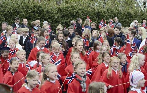 PIKEKOR: Rødkledde sangfugler ledet an i 17. mai-toget til Munkerud skole. FOTO: Nina Schyberg Olsen