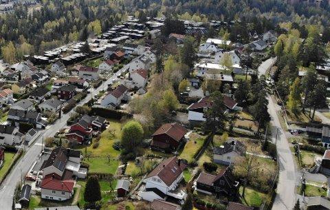Alle eiendommene som grenser til grøntdraget mellom Munkerudvollen (t.v.) og Oberst Rodes vei (t.h.) fikk i fjor varsel om midlertidig forbud mot tiltak.
