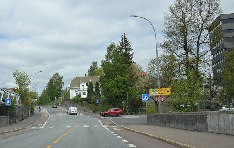 På hjørnetomten bak den røde bilen her ved Østensjøveien og Nils Hansens vei har bystyret sagt ja til et nybygg på opptil ni etasjer.
