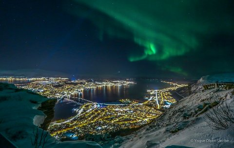 NORDLYS: Det vakre himmelfenomenet nevnes som en av grunnene til å besøke Tromsø - men man bør ha lave forventninger, skriver Kevin Rushby i The Guardian.