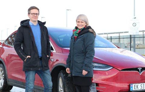 Tesla-eier Markus Leistad og forsikringsekspert Ingelin Friis-Dahl i SpareBank 1 Nord-Norge.