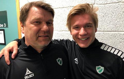 OPPRYKKSJAKT: Fløya, her ved nytrener Stein Berg-Johansen og sønnen Birk som spiller på laget, har fått en glimrende start på sesongen i 3.-divisjon med 10 poeng etter 4 kamper. I helgen venter en spennende bortekamp mot Junkeren i Bodø - en av de andre antatte topplagene i divisjonen.