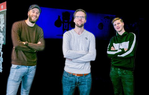 NY LAGOPPSTILLING: Nordlys' sportsleder Anders Mo Hanssen (midten) har med seg Martin Skaug (t.v.) og Jonas Høylo Fundingsrud i en helt ny sesong av fotballpodkasten JoMos Kosmos.