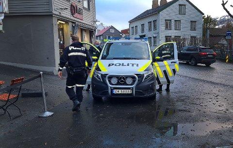 I ARREST: Her har politiet akkurat tatt med seg en person fra Tromsø sentrum torsdag kveld. Foto: Robin Andersen.