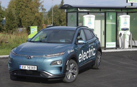 SJELDENT BESØK: Vår Hyundai Kona Electric tar en tur innom den nye hurtigladestasjonen på Reinsvoll. Etter kort ladetid har du strøm for mer enn 40 mil.FOTO: ØYVIN SØRAA