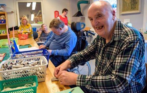 TENNBRIKETTER: Sture Larsen ved Kråkvika dagsenter trives med å rulle papirstrimler som skal dyppes i stearin og bli til tennbriketter.