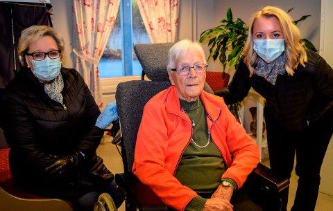 NY RUNDE: Ni måneder etter at 93 år gamle Astrid Johansen ble flyttet fra Kapp til Fjellvoll bo- og servicesenter står datteren Anne Karin Kristoffersen (62) og barnebarnet Hilde (37) på barrikadene igjen. Nå for å unngå en reduksjon av den stedlige bemanningen på Fjellvoll.