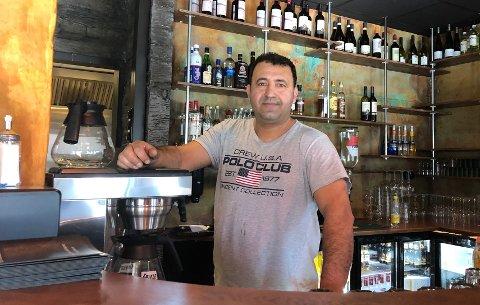 GLEDER SEG: Daglig leder og eier av Tasty House gleder seg til å drive restaurant igjen, 1,5 år etter at flammene slukte restauranten hans.