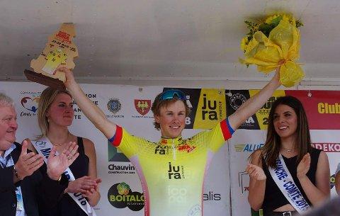Carl Fredrik Hagen på toppen av pallen og med gul trøye i Frankrike.