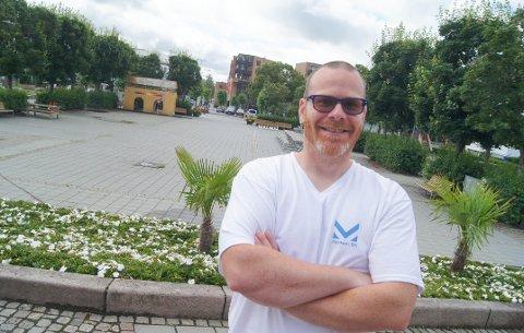 KJØRER PÅ: Arrangør av Marked i Ski, Aleksander Langeland, er klar for en ny markedsdag på Øvre torg 10. august, og kjører like godt på med en bonusmarkedsdag 24. august. Ny t-skjorte med Marked i Ski-logo, kunne han også skilte med.