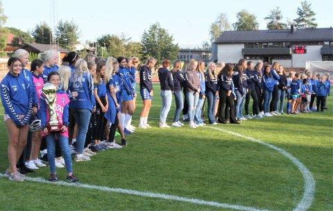 TALENTER: Her er fremtiden for Kolbotn! Jentene som sørget for å bli beste jenteklubb under Norway Cup ble hedret i pausen av cupkampen mellom Kolbotn og LSK Kvinner.