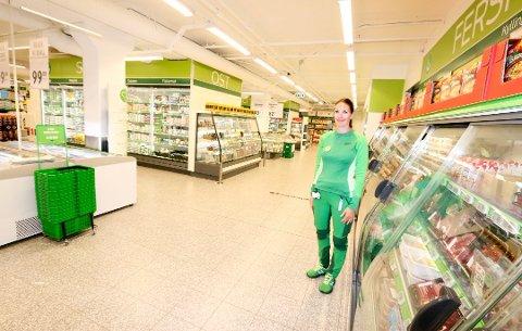 IKKE VANLIG: Det er ikke vanlig at butikkhyllene tømmes fordi enkelte produkter tar av på sosiale medier, forteller butikksjef Darleen Bjore ved Kiwi Ski stasjon.