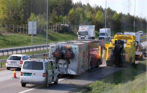 TRØBBEL: Russebussens tur endte her, på motorveien.