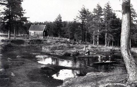 """BYSKOGEN. Dammene i Byskogen er omtalt av både Thor Heyerdahl og i skjønnlitterær form av forfatteren Sigurd Mathiesen (novellen """"Blodtirsdagen""""). I dag går Åsveien akkurat her hvor dette bildet ble tatt i 1920-åra."""