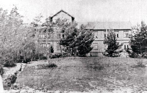 LOVISENLUND. Slik så det ut, det store herskapshuset på Lovisenlund, som brant ned i 1901. Bildet skriver seg fra eiendommens siste tid, etter at hageanlegget hadde forfalt.