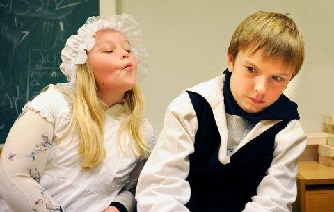 KJEMPEFLAUT: Martine Pande Løvald, 10 år og Karl Jørgen Pettersen Skjennum, 12 år, syns dette med kyssing er ganske flaut. Petrine har forelsket seg, men Ole er mest opptatt av å gjøre jobben sin på slottet.