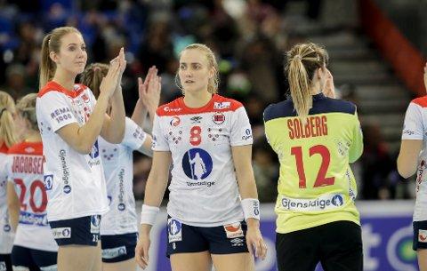 Kristine Breistøl (til venstre) fikk ros av både Camilla Herrem og Stine Bredal Oftedal etter å ha VM-debutert i bronsefinalen. Til høyre Silje Katrine Waade. (Foto: Vidar Ruud / NTB scanpix)