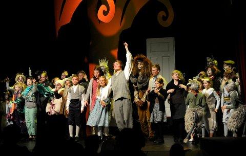 To lag med tilsammen 70 unge skuespillere entrer scenen i forestillingen Narnia.