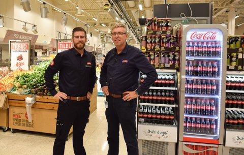 DEDIKERTE: Øyvind Polsrød og Odd Horntvedt  er dedikerte kjøpmenn, nå slutter den ene på Meny Øya, mens den andre skal løfte butikken videre.