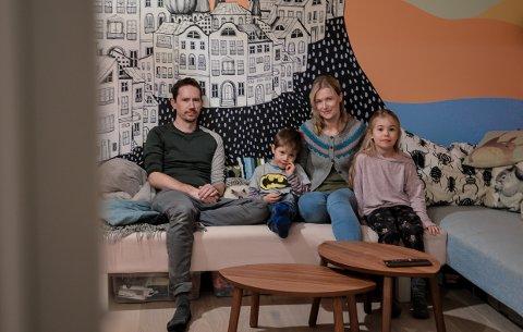 BEFRIENDE ANNERLEDES: Familien Sandvik har pusset opp et hus utenom det vanlige på Nanset. Her er pappa Asle Makoto Sandvik (40), mamma Miriam Kristine Sandvik (39) og barna Elena (8 ½ ) og Elon (snart seks).