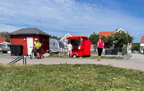 DEN LILLE KIOSKEN: På Smiestranda har strandgjester og turister fått tak i en is eller kaffe gjennom sommeren.