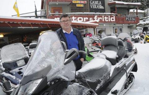SNØSKUTER-SELGER: Bjørn Olsson i Motor & Fritid i Funâsdalen selger opp til 750 nye snøskutere i året.