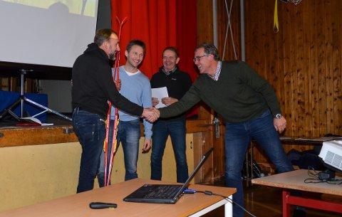 FØRST UT: Hans Henrik Solberg (til venstre) ble første privatperson til å gi penger – og fikk ski med på kjøpet. Videre mot høyre:  Atle Kørra, Trond Hagen og Willy Brandvold.