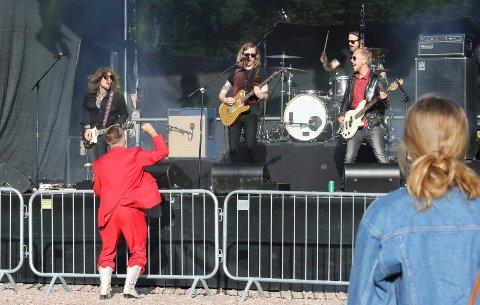 SJEFEN FORNØYD: The White Dominos satte skikkelig fart på den første festivalkvelden.  Festivalsjef Lars Håkon Blostrupmoen, i rødt, likte det han hørte.