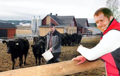 HAR TROEN: Finnskog-bonde Eivind Mehl, til høyre, har stor tro på og er sterkt engasjert i arbeidet med å få til en biogassfabrikk i sørfylket.