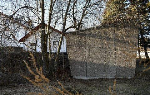 URIMELIG: Jon S. Kielland på Stafsberg synes det ikke r riktig at han skal betale eiendomsskatt for hele eiiendommen når Eidisva Netts transformatorkiosk beslaglegg cirka en tiendedel av hagen. Foto: Jan Rune Bakkelund