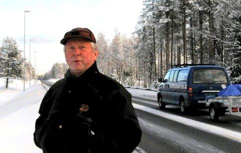 ADVARER MOT ELG: I løpet av de siste 14 dagene har det blitt påkjørt elg og rådyr nesten hver eneste dag. – Det er farlig ute nå, sier leder i fallviltgruppa, Jan Erik Olbergsveen. Foto: Knut Fjeld