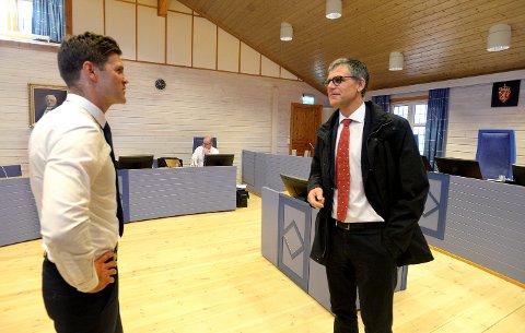 FRA RETTEN: Bistandsadvokat Helge Hartz (t.v) i samtale med forsvareren til den tiltalte idrettslederen, Vegard Aaløkken i forbindelse med rettssaken fredag 24. mai.