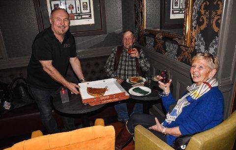 GREIT MED PIZZA: Torunn og Sæming Hanestad kjøpte pizza  hos Odd Arne Ørbakk på Brødr. Stensby's Eftf. i Elverum.