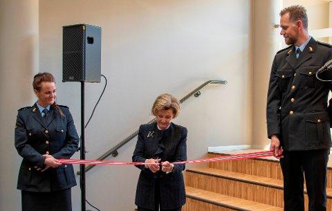 Dronning Sonja klipper snoa som markerer at landets 12. operasjonssentral er tatt i bruk. Politistudentene Mari Ådalen Slettedal og Jan Robert Kristoffersen holder snora.