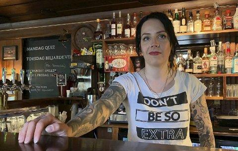 GIKK NED 100.000: Karjolen pub gjenåpnet onsdag forrige uke. Pubsjef Anne Øverland opplevde god start, men at besøket ikke var noe å skryte av forrige fredag og 17. mai. – I år var omsetningen 100.000 kroner lavere sammenliknet med 17. mai i 2019, sier hun.