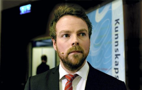 LITT MER FORSONENDE: Kunnskapsminister Torbjørn Røe Iskaksen er ikke så tøff i stilen lenger, og har en litt mer forsonende holdning til  Høgskolen i Nesna. Foto: Vidar Ruud