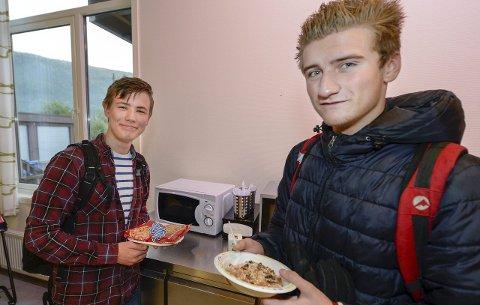 Fin start: Adrian Steen og Martin Riise er glade for å få gratis skolefrokost hver dag. De synes det er lettere å komme seg på skolen, når de får frokost der. Foto: Øyvind Bratt