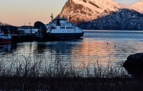 Bilferga Rødøy ligger her til kai i Kilboghamn. Fra 3. april kan ikke ferga anløpe Jektvik. Trafikken kommer derfor til å gå mellom Forøy-Kilboghamn via Sørfjorden.