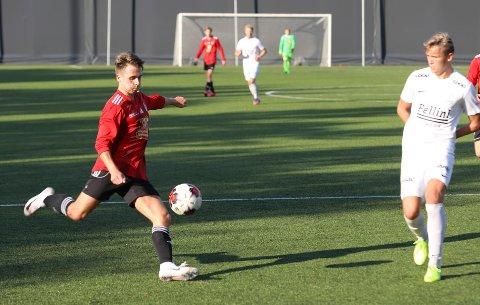 Elias Bentzen fyrer av, men ballen ville ikke i mål for Åga IL i kampen mot Innstranda.