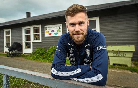 - Når man elsker og lever for fotball, har det vært mentalt krevende ikke å få lov til å spille fotball som normalt, sier Rana FK-spiss Marcus Westvik (26).