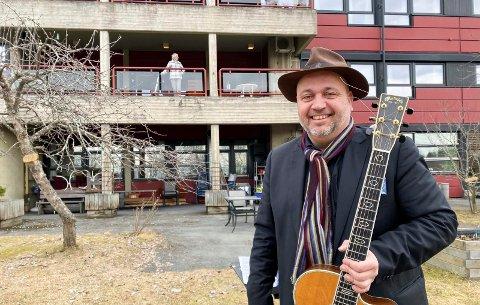 UNDERHOLDTE: Politiker og musiker Bernt Torp underholdte beboerne ved Brumunddal sjukehjem.