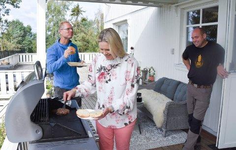 NOE Å BITE I: Kristian Hovde (t.h.) har blant annet kveg av rasen wagyu, som er kjent for sin gode kjøttkvalitet. Her er det Frp-leder Sylvi Listhaug som forsyner seg med burger av kjøtt fra garden. I bakgrunnen Tor André Johnsen. Se flere bilder i bildekarusellen.