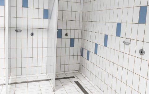 DUSJ: Husk å dusje uten badebukse før du skal svømme i Ringeriksbadet, oppfordrer Odd Stikkbakke.