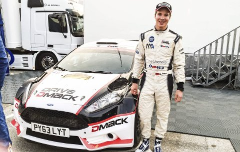 Marius Aasen ved siden av den nye bilen han skal bruke i årets syv rallyløp.