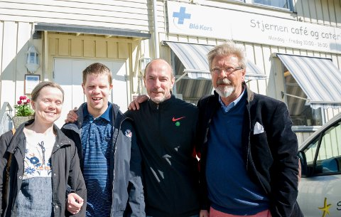 Løper du Hank Williams' minneløp, går inntektene til Hønen gård og Stjernegruppen. Fra venstre: Kari Pedersen Gram og John Bærø fra Hønen gård, løpsarrangør Tommy Olsen og Kai-Petter Rasch fra Stjernegruppen.
