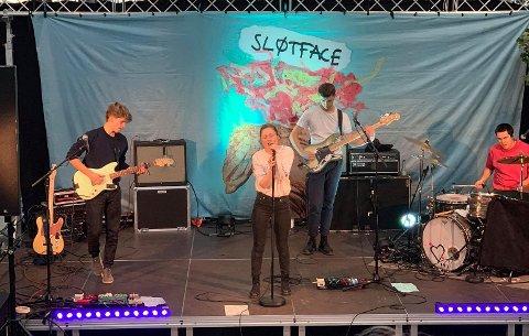 SLØTFACE: Bandet fikk Spellemannprisen i 2018. De besøkte Hønefoss videregående skole.