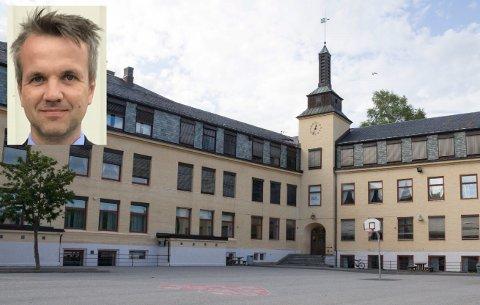 – Som aktiv forkjemper for bevaring av Hønefoss skole, gleder det meg å se at det er flere som gjennomskuer at Høyres såkalte erklæring om å bevare Hønefoss skole ikke holder vann, skriver Arild Myrmel i dette leserinnlegget.
