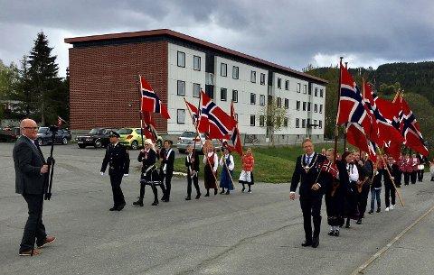 FEIRET DIGITALT: Annerledes, men vellykket, konkluderer Jevnaker kommune etter 17. mai. Her Øyvind Norstrøm som filmer toget.