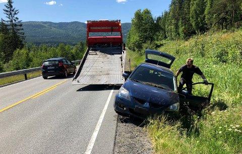 AV VEIEN: Selv om det var få synlige skader på bilen som onsdag ettermiddag kjørte av veien ved Bårnås, mellom Veme og Sokna på riksvei 7, ble alle fem sendt til sykehus for sjekk.
